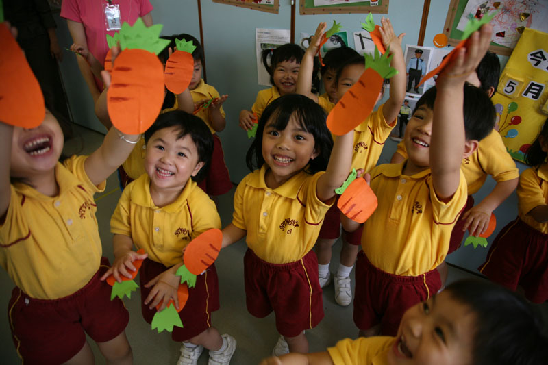 Children are displaying their carrot props